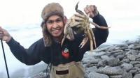 男子海边钓到一只大螃蟹, 下一秒突然尴尬的事情发生了