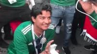 墨西哥球迷在主队战胜德国后, 激动得向女友求婚, 这一刻太浪漫!