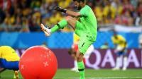 6月17日世界杯球场最花边:巴西门将踩气球火遍网络