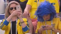 看台惊现美女球迷 瑞典帅哥头饰吸睛