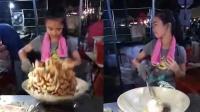 13岁小美女夜市娴熟颠勺炒肉 引百万网友围观
