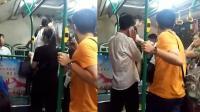 猥琐男公交偷拍美女裙底 惨遭全车乘客怒怼