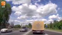 记录仪实拍  白色轿车嚣张抢道, 他还以为大货车老司机不敢撞