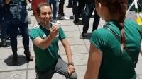 墨西哥球迷在国家队获胜后向女友求婚