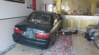 十五年驾龄老司机为避让车辆 一脚油门冲进浴室