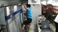 厨房电工违规操作触电 高处跌落倒地不起