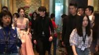 吴磊关晓彤现身酒店 这裙子太长了吗