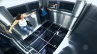 """巴西恶搞: 电梯运行时地板突然""""脱落""""只剩框架, 乘客被吓贴墙喊救命"""