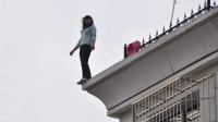 网络女主播直播跳楼 因体力不支从顶楼坠下
