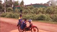 2个农村小孩子学大人骑摩托车, 刚一启动就让人笑翻了