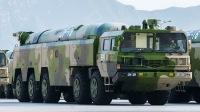 大漠深处解放军东风新导弹再秀身姿