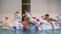 英格兰队员泳池趴庆祝首胜 球迷:有点飘了!