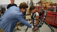 少年富翁打造现实版章鱼博士触手, 戴上会被机械控制吗?