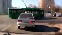 轿车司机着急过马路, 下一秒悲剧了