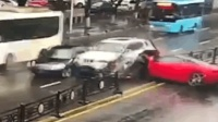 女司机驾法拉利街头猛撞宝马 网友: 满地都是钱