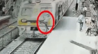 惊险! 火车进站瞬间 男子突然跳下站台