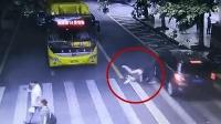 女孩飞奔过马路被撞飞 险遭对向公交碾压