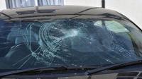 事故警世钟: 倒霉的车主遭遇飞来横祸, 正常开车前挡风却碎了, 真窝火359期