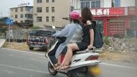 林中威正能量恶搞之用扩音喇叭对骑摩托车不戴头盔者大声叫喊