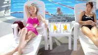 极品女士: 游泳教练用青蛙教莎莎游泳, 旁边的妹子看愣了!