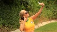 世界杯:世界杯巴西模特着性感球衣自拍