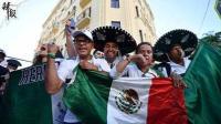 墨西哥赛前, 球迷呐喊比拼: 妹子22秒不换气