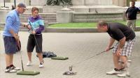 搞笑: 女子打高尔夫球挥杆两次打中两只鸽子, 太诡异吓得扔掉球杆