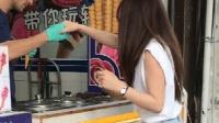 土耳其帅哥玩转冰淇淋, 美女不服前来挑战, 然后悲剧了