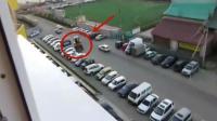 实拍, 铲车司机停车场横扫9辆车, 下一秒被打惨了!