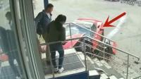 小情侣刚刚回到家, 一辆豪车撞来吓到双腿发软, 监控拍下全程!