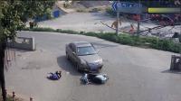 女子被轿车撞倒, 当场的表现令人惊讶, 监控拍下了这一幕