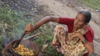 印度奶奶做了一盆咖喱土豆, 做的很用心, 再配上一张饼肯定美味