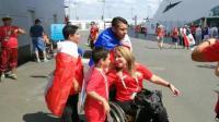 仨儿子推着残疾妈妈去看球!