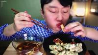 韩国小伙吃炸牛里脊, 配上甜酸辣泡菜, 味道真是一言难尽