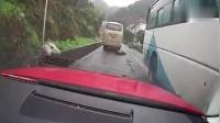 轿车路上失控, 飞起十几米害惨了视频车, 记录仪拍下惊险一幕!