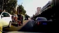 轿车路上突然超车, 还好视频车反应快, 记录仪拍下惊险一幕!