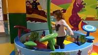 孩子玩球球玩操场中心室游戏室