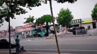 烟台一男子开叉车撞人被击毙 致1死10余伤