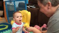 """妈妈和宝宝玩游戏, 宝宝被这""""小魔术""""诱惑了, 这小表情太搞笑了"""