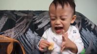 萌娃第一次吃薯片, 这小表情, 感觉身体的每一个细胞都在颤动啊