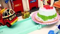 今天是消防车罗伊的生日, 变形警车珀利和朋友们给他准备了美味的蛋糕!