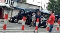 疯狂! 实拍男子开叉车疯狂撞向车辆行人 民警果断将其击毙