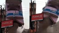 印度一建筑拆除时发生垮塌 压碎挖掘机