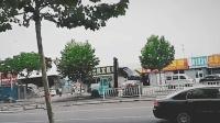 烟台一男子驾驶叉车疯狂撞车被民警开枪击毙, 群众拍下事发经过。