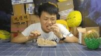 试吃可食用的黄土, 吃进嘴里黏糊糊的, 一股泥土的气息