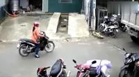 女子发现不对劲, 扔下摩托车就跑, 这反应是神了!