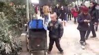 【拍客】成都街头流浪儿童悲怆卖唱 强劲歌声感动路人!