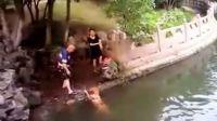 公园里,众人围观一对男女和狗做的荒唐事!
