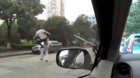 [2013榜样季][i拍客]贵州师范大学保安被刺,现场惊现飞腿哥---中国功夫,高手在民间啊