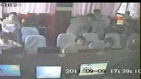 同学报案警察来到事发现场开窗处置前后半分钟内室内能见度对比